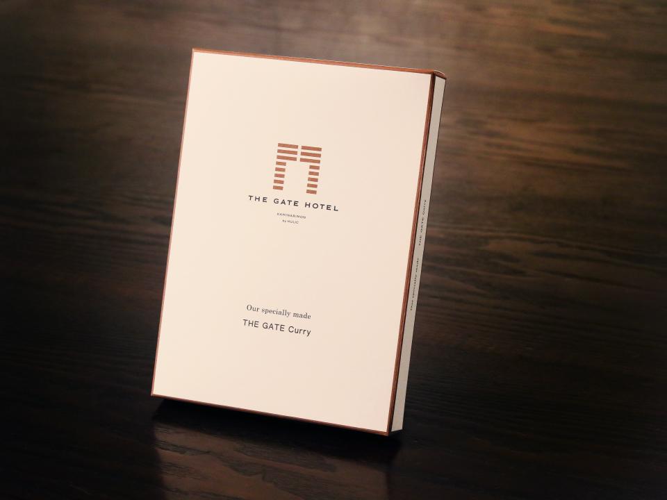 """ホテルオリジナルのレトルトカレー「""""GATE HOTEL""""カレー」のパッケージ"""